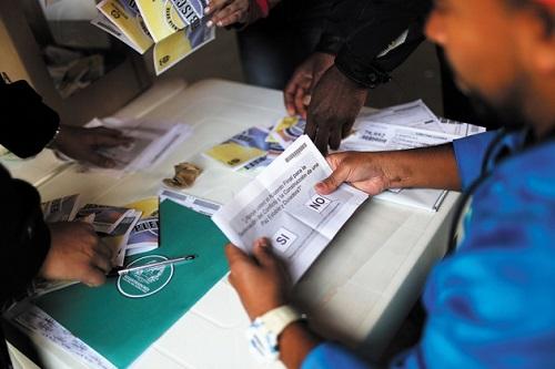 استطلعت حكومة كولومبيا آراء مواطنيها في اتفاقية السلام، عن طريق بطاقات اقتراع ورقية.