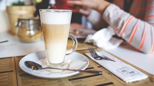 الفيزياء: لماذا تتألف القهوة بالحليب